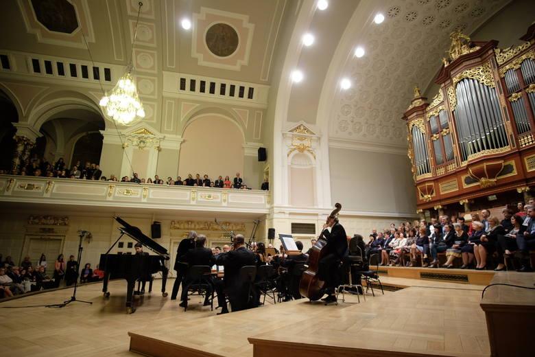 Na estradzie znaleźli się nie tylko orkiestra i solista, ale także cześć miejsc dla publiczności