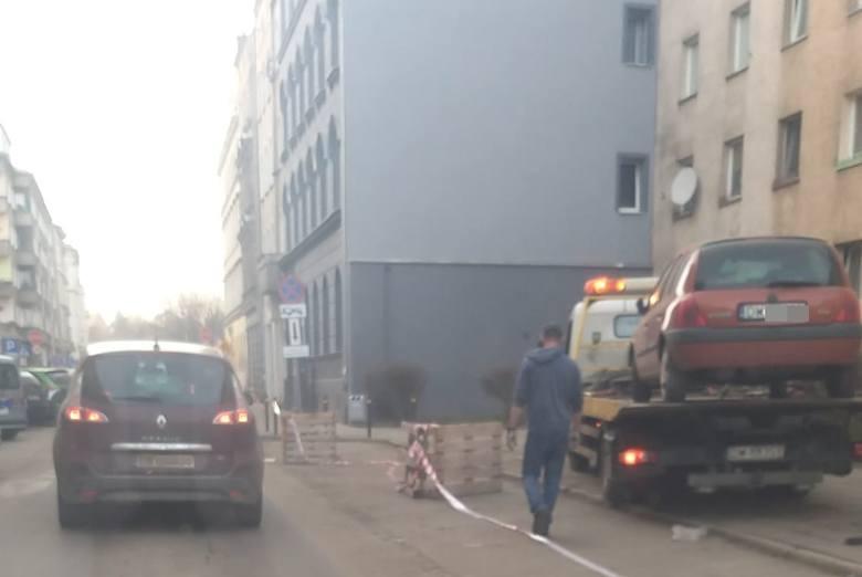 Mieszkańcy centrum w szoku. Nielegalny zakaz zatrzymywania i laweta na koszt kierowców