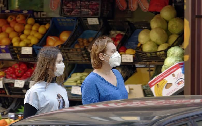 Gdzie najłatwiej można się zakazić koronawirusem? W których miejscach ryzyko zakażenia koronawirusem jest największe? Polski rząd zaprezentował wyniki
