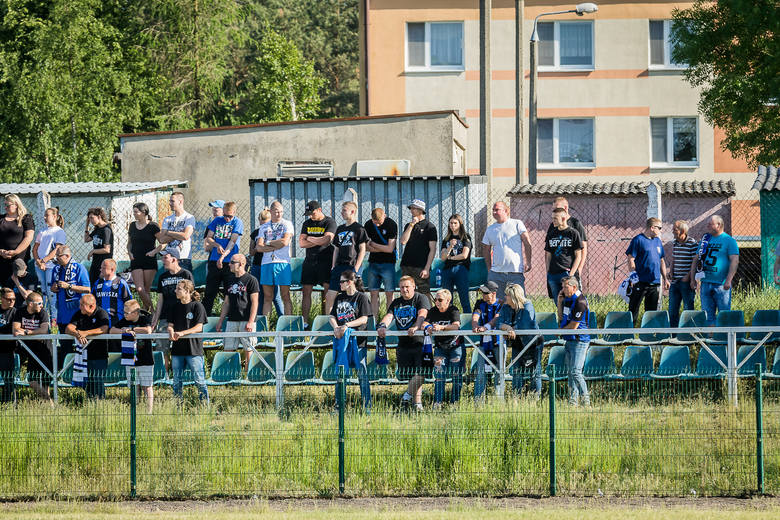 Zawisza Bydgoszcz pokonał GLKS Osielsko 2:0, a spotkanie to relacjonowaliśmy na żywo. Zobacz, jak podczas tego meczu bawili się kibice.