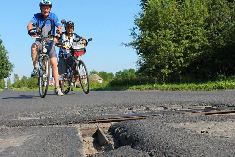Dziura na dziurze na trasie Tour de Pologne [zdjęcia]