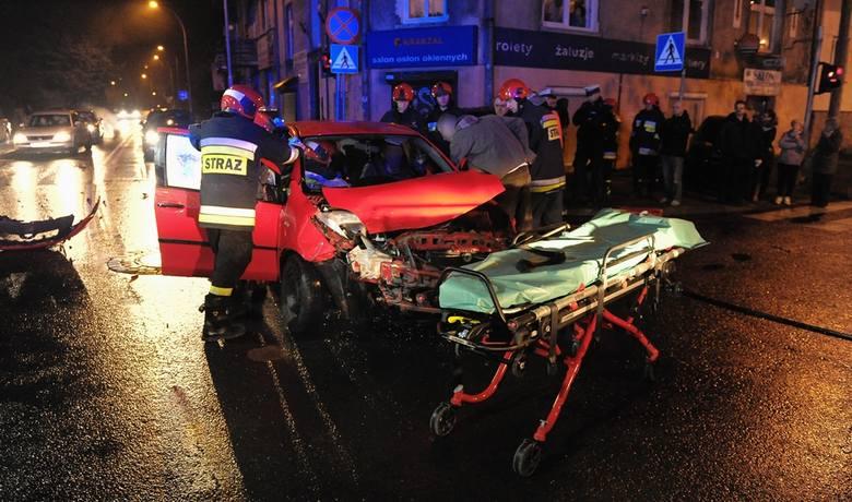 Na skrzyżowaniu ul. Borelowskiego z ul. 29 listopada w Przemyślu, doszło do czołowego zderzenia toyoty z jeepem.