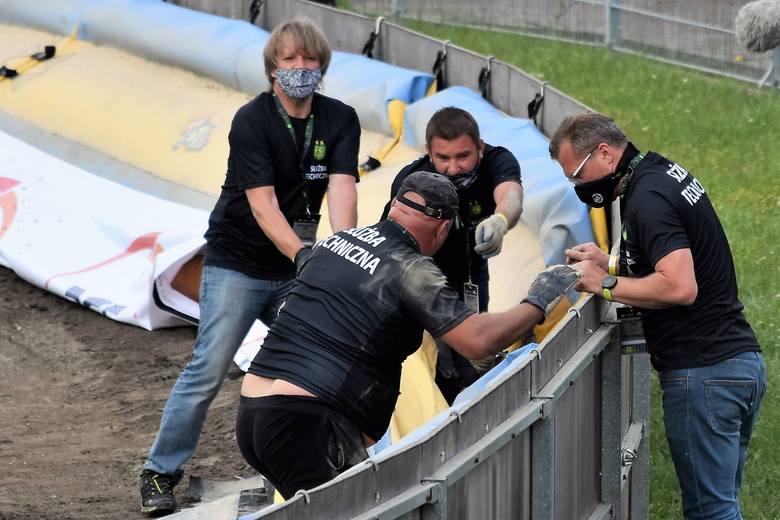 Drewniok z Carrantuohill naprawiał bandę podczas meczu ROW Rybnik - Zielona Góra po upadku Mateusza Tudzieża.Zobacz kolejne zdjęcia. Przesuwaj zdjęcia