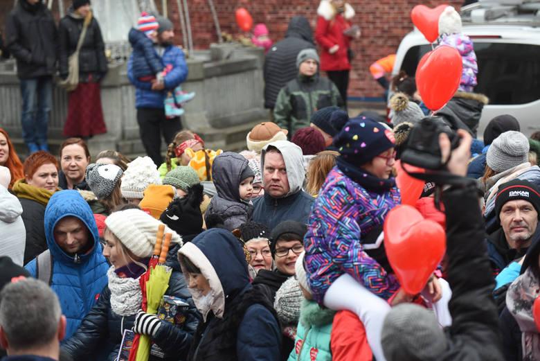 """Tegoroczna Wielka Ściskawa na WOŚP w Toruniu (2019) okazała się rekordowa! Do seruducha na starówce weszło tym razem aż o 101 osób więcej niż przed rokiem - w sumie 914 """"ściskaczy""""! Zobaczcie, jak ciasno im było!<br /> <br />..."""