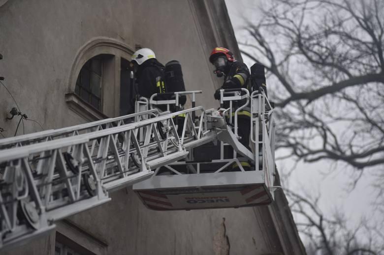 Pożar pałacu w Wojnowicach. Zawalił się fragment dachu. Przejdź dalej i zobacz kolejne zdjęcia --->