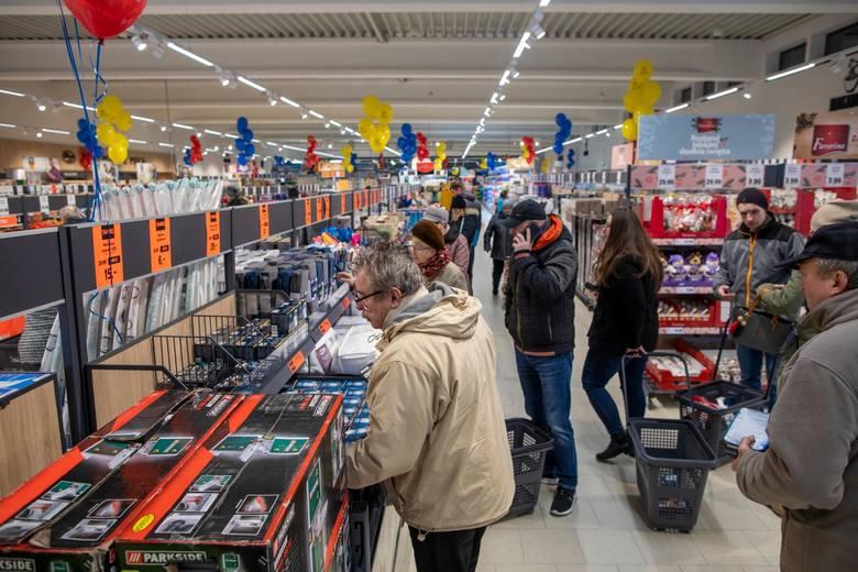 W świątecznych ofertach markety prześcigają się w promocyjnych cenach i produktach, które w tym gorącym okresie zapełnią półki sklepowe. Już w przyszłym