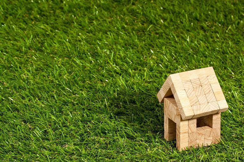 Licytacje komornicze w regionie radomskim odbywają się bardzo często. To okazja, by poniżej ceny rynkowej kupić nieruchomości, domy czy mieszkania. Uzyskana
