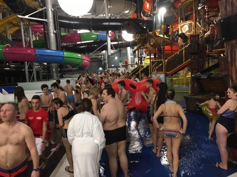 Tłumy w Suntago. Ludzie skarżą się na gigantyczne kolejki do największych atrakcji - wodnych zjeżdżalni.W pierwszych dniach od otwarcia Suntago przeżywa
