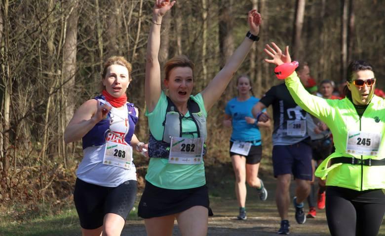 """Ponad 200 osób wzięło udział w biegu """"Dziki Cross"""" w Kozłowie w gminie Jastrzębia. Uczestnicy pobiegli na czterech dystansach.Biegacze zostali podzieleni"""