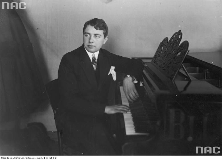 Lew Oborin przy fortepianie - zdobywca I miejsca w konkursie