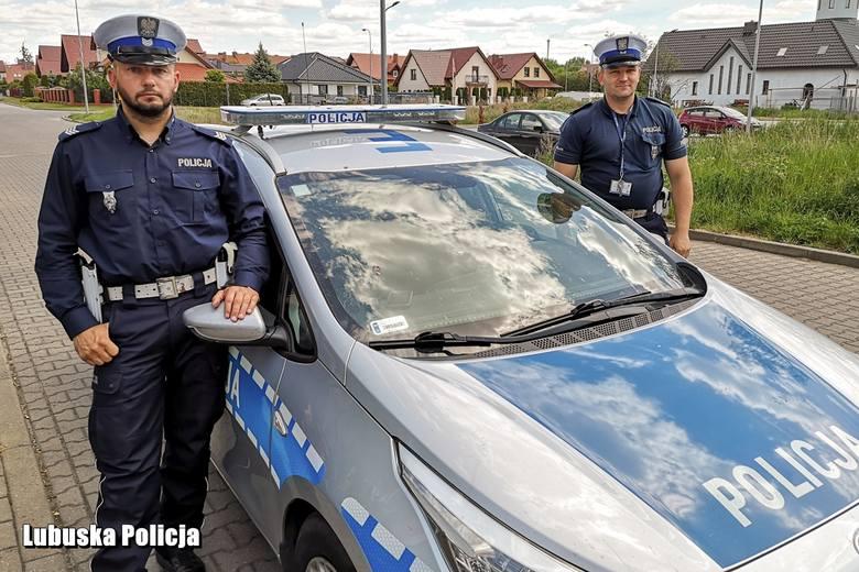 Sierż. szt. Michał Pośpiech i st. sierż. Mateusz Kuszka uratowali życie desperatowi.