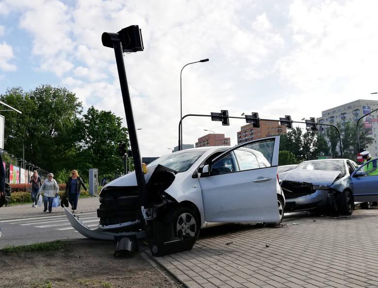 Na rondzie Fordońskim w Bydgoszczy około godz. 7 zderzyły się dwa samochody osobowe, skoda i KIA.Na miejscu zdarzenia pojawiła się policja. Samochody