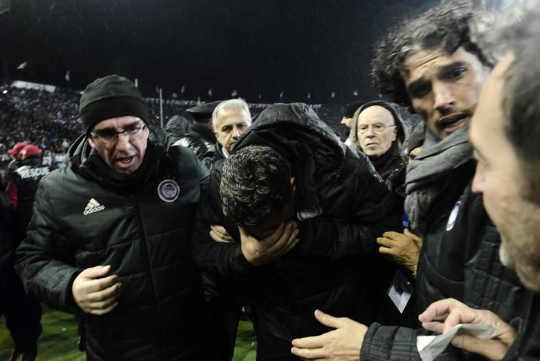 Trener Olympiakosu Oscar Garcia został ranny w twarz podczas meczu z PAOK-iem