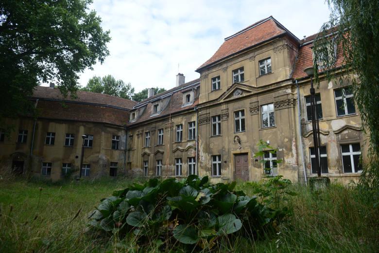 Sławski pałac niestety popada w ruinę