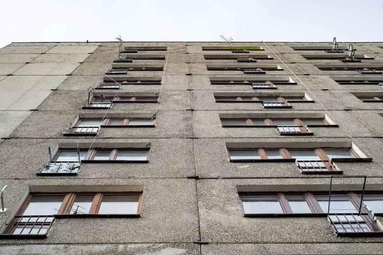 Mieszkania w byłym hotelu pracowniczym w Puszczykowie to maleńkie pokoje z łazienkami i samodzielnie zaadaptowanymi aneksami kuchennymi. Nie trafiają do nich ludzie bogaci, raczej tacy, których życie nie oszczędzało.