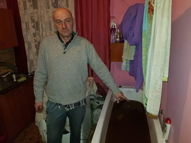Prawdziwy koszmar w starej kamienicy na ul. Chocimskiej w Białogardzie: ścieki z pierwszego piętra wypływają u sąsiadów z parteru. Mieszkańcy od tygodnia