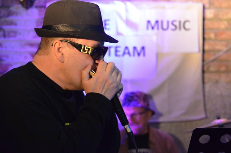 """W przemyskim barze """"Secesja"""" wystąpił bluesowy zespół Simple Music Team. To formacja, która istnieje w Przemyślu od 2015 roku. Grupa"""