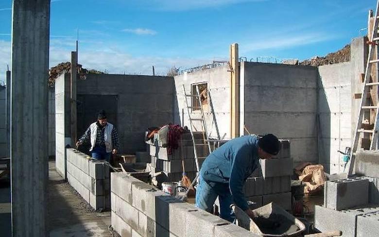 Zastanawialiście się kiedyś, ile zarabia się w budownictwie? Podajemy średnie zarobki brutto w tej branży na kilku stanowiskach.Kwoty poznasz na kolejnych