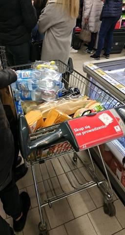 Czegoś takiego jeszcze nie było! Kolejki przez cały sklep, przebrane półki i wypełnione po brzegi wózki. Mieszkańcy Radomia w środę po ogłoszeniu przez