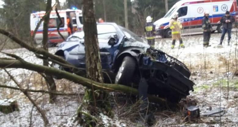 Było to w sobotę około godziny 11:30. Na trasie Knyszyn - Białystok (DK65) samochód osobowy marki renault uderzył w drzewo.Zdjęcia dzięki uprzejmości