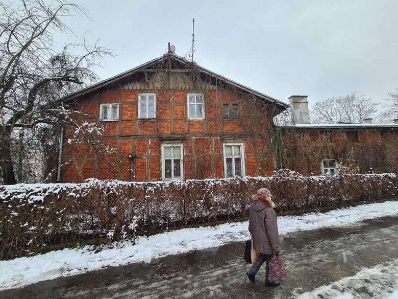 Budynek przy Szosie Chełmińskiej 49-51. Tutaj pod koniec XIX wieku siedzibę miała firma, która zbudowała większość kamienic między ul. Warszawską i Piastowską. Już wtedy w domu tym była łazienka. Pod koniec 2020 roku budynek został wpisany do rejestru zabytków