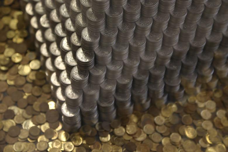 To dzieło trzeba zobaczyć. Wrocławianin Włodzimierz Grozik ustawił piramidę z 65 tysięcy francuskich i holenderskich monet. Jego dzieło można podziwiać