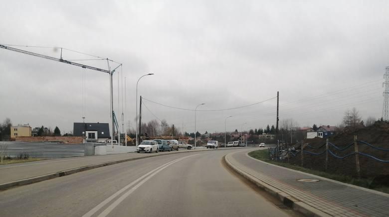 Nie odpuszczają także pracownicy budowy między ulicami Ustrzycką i Krośnieńską. Tutaj za parking służy nowa droga pieszo-rowerowa. Wjeżdżają nawet ciężkie