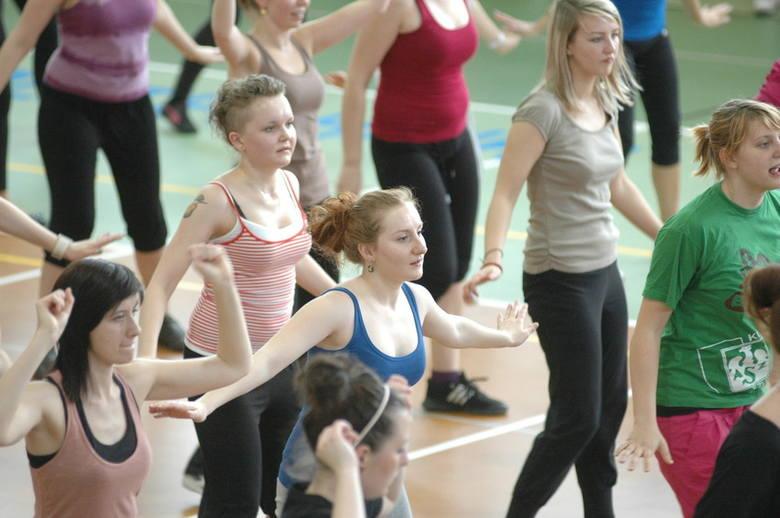 Zumba, którą dziś tańczą studenci się w hali przy Prószkowskiej, to połączenie tańca i aerobiku.