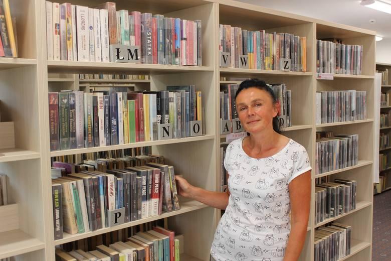 Honorata Korzeniecka-Postrzygacz zachęca do korzystania ze zbiorów biblioteki.