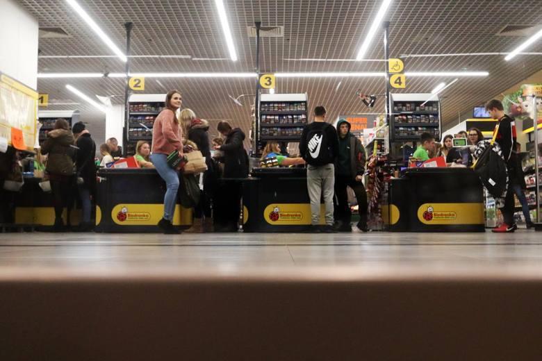 W najbliższych dniach niektóre markety wydłużają godziny otwarcia. W Wielką Sobotę najdłużej będą czynne do godz. 14. Sprawdź czy będą pracować także