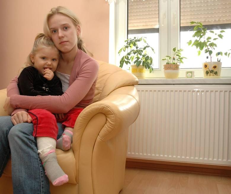 Karolina Kołodziej, mama Wiktorii, ma w oczach łzy. - Co by się stało z córką, gdyby szła do domu sama? - pyta.