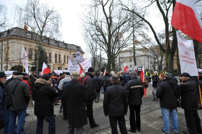 Pikieta pod siedzibą Trybunału Konstytucyjnego 9 grudnia 2015 r.