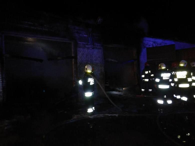 Do zdarzenia doszło 6 marca o godzinie 22.30 we wsi Ogrodniki. Strażacy otrzymali zgłoszenie o pożarze garażu.Zdjęcia pochodzą z facebooka: OSP Knys