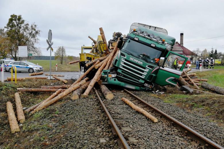 Kierowca samochodu ciężarowego nie zauważył nadjeżdżającej drezyny i wjechał na tory na przejeździe kolejowym w Drzycimiu (powiat świecki). Doszło do