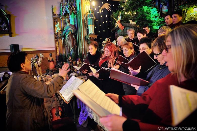Piotr Lukosik oraz Miejski Chór Olensis pod batutą Kariny Duch wystąpili w koncercie w zabytkowej kaplicy św. Franciszka w Oleśnie. Koncert zgromadził