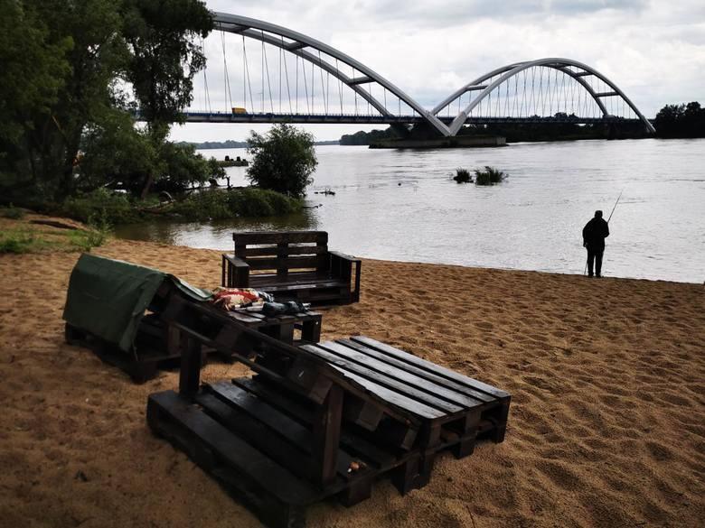 Przystanek PlażaPlaża na Winnicy, na prawym brzegu Wisły, nieopodal mostu im. gen. Zawackiej, powstała w ramach budżetu obywatelskiego. Pomysłodawcą