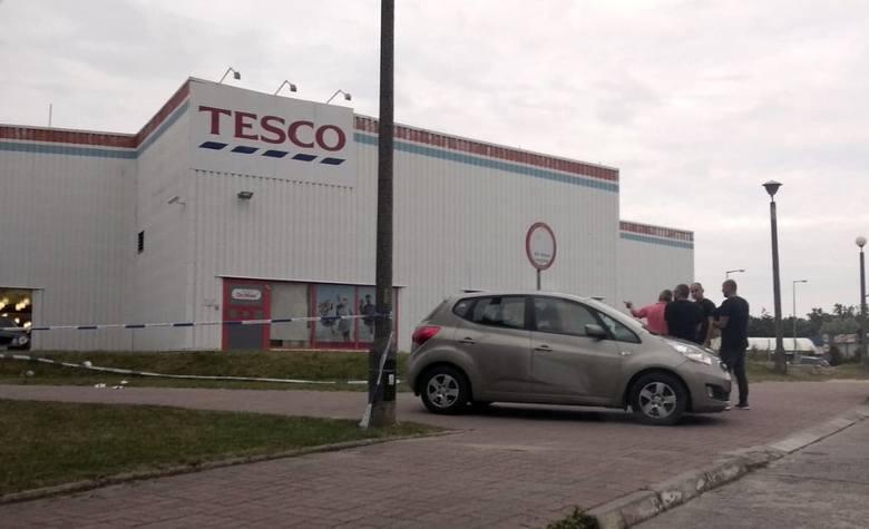 Do bandyckiego napadu doszło w piątek, 15 czerwca, pod Tesco w Gorzowie. Dwaj mężczyźni zostali zaatakowani przez nieznane osoby. Jeden z nich jest w