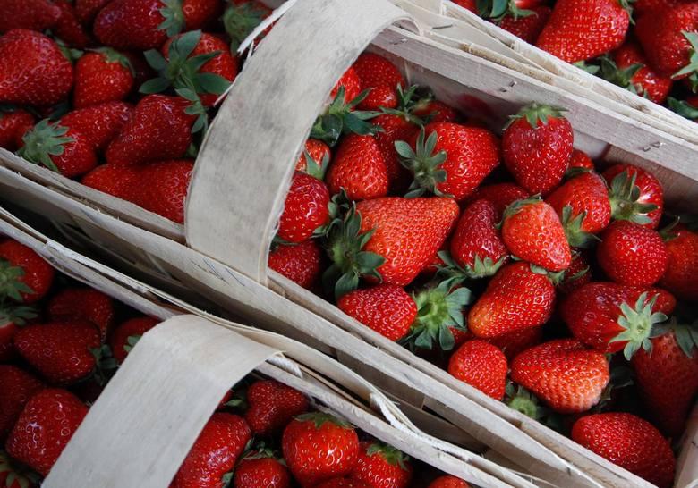 Ile kosztują truskawki? Ceny owoców wciąż są bardzo wysokie. Brakuje rąk do zbiorów