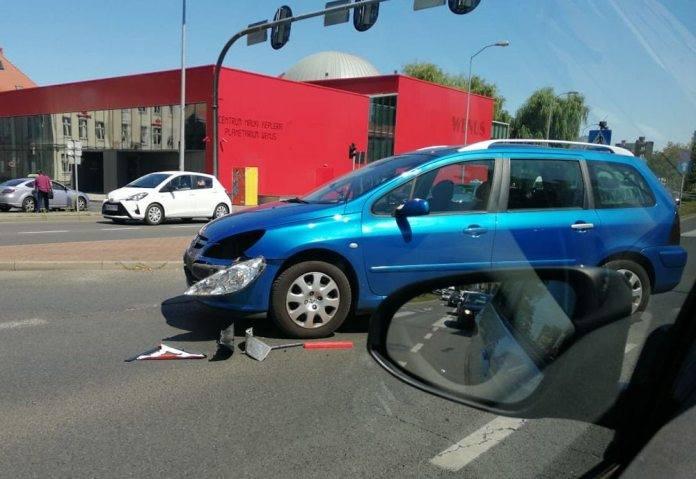 Do wypadku doszło w piątek, 26 lipca, na skrzyżowaniu al. Konstytucji 3 Maja i Sikorskiego. Na miejscu są już służby ratunkowe.Do wypadku doszło około