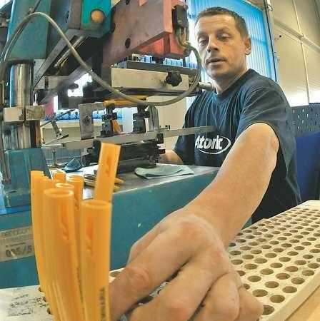 Na taśmie produkcyjnej przesuwają się tysiące długopisów, na których pracownicy Senatora, jak Aleksander Metera, wykonują zamówione przez klienta na