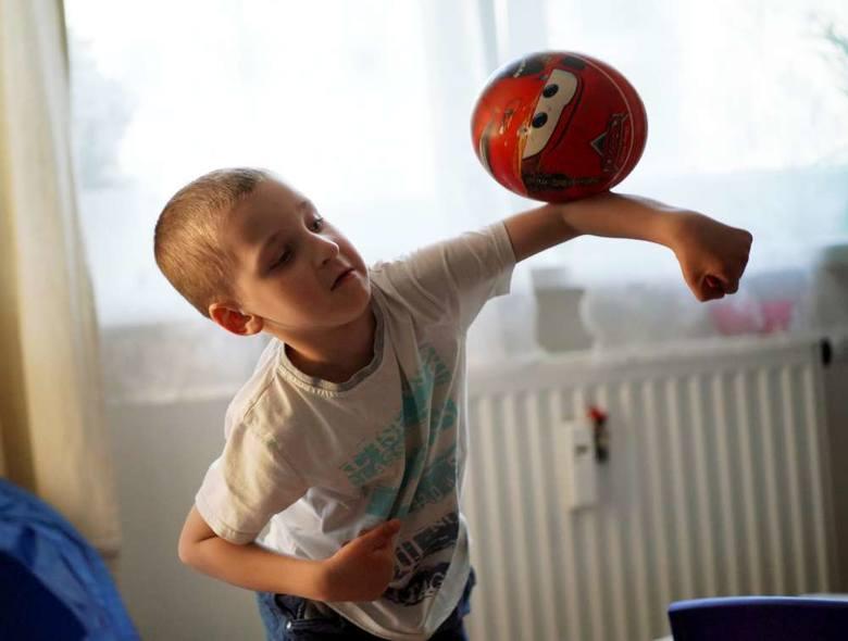 Piłka to żywioł Tymka. Od stycznia chłopiec znów gra w nogę