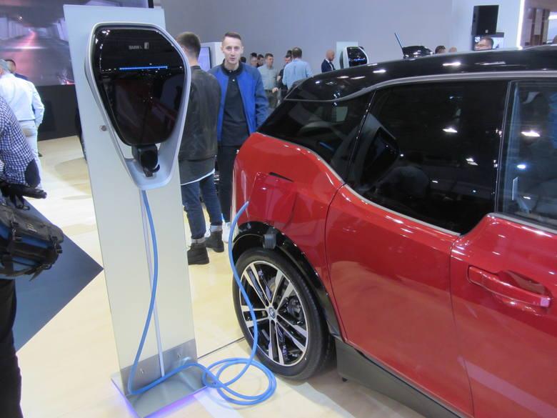 Z każdym rokiem rośnie ekspozycja samochodów z napędem elektrycznym na poznańskich targach motoryzacyjnych, co świadczy o dużym zainteresowaniu tym