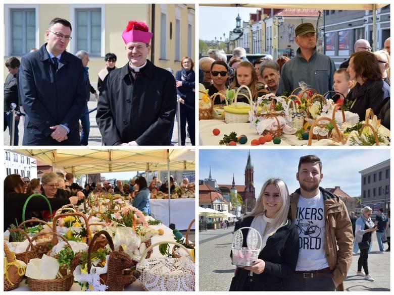 Święcenie pokarmów na Rynku Kościuszki. Abp Tadeusz Wojda poświęcił koszyczki wielkanocne białostoczan (zdjęcia)