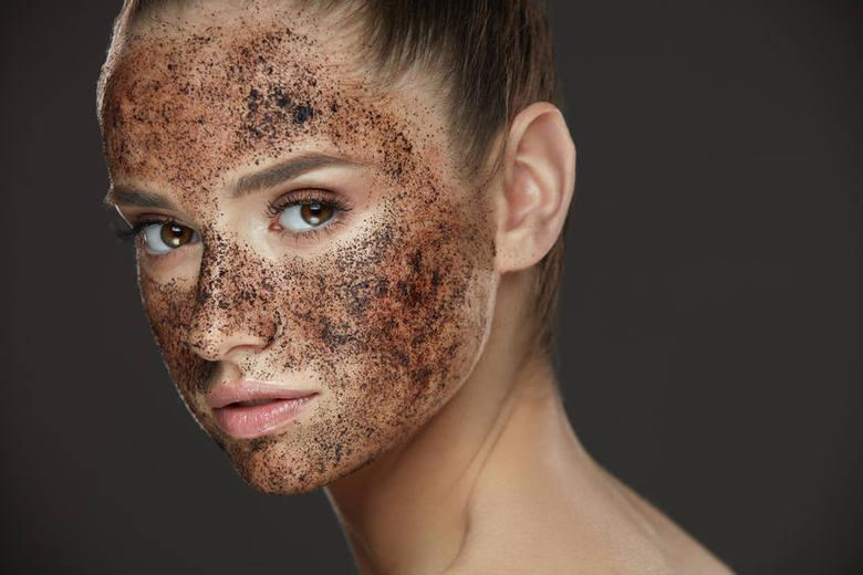 Regularne złuszczanie martwego naskórka jest bardzo ważne, ponieważ pobudza skórę do wytwarzania nowych komórek. Najlepiej stosuj naturalne peelingi,