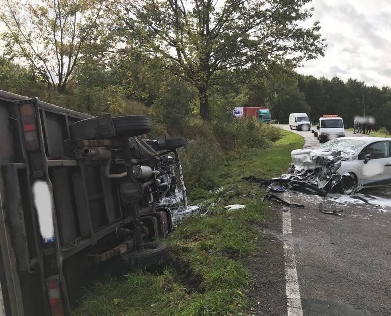 W środę o godz. 12:32 na drodze wojewódzkiej nr 163 na wyjeździe z Połczyna-Zdroju w kierunku Czaplinka doszło do wypadku drogowego. - Na łuku drogi