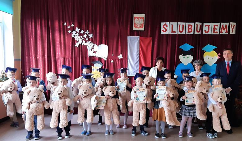 W szkole w Bąkowej odbyła się bardzo ważna uroczystość dla uczniów pierwszej klasy podstawówki. Była bowiem uroczystość ślubowania i pasowania na uczniów