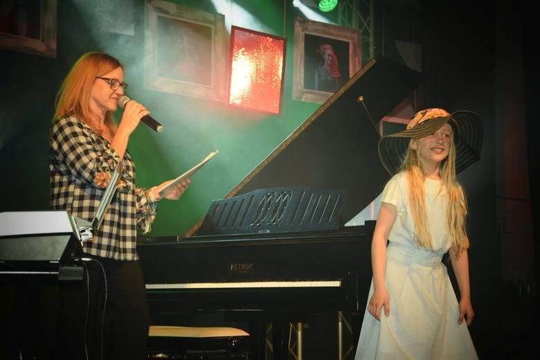 Koncert młodych talentów - uczniów SP nr 5 w Żninie, dawnego PG nr 1, a także absolwentów tej szkoły, zorganizowała w ŻDK Regina Wysocka - nauczyciel