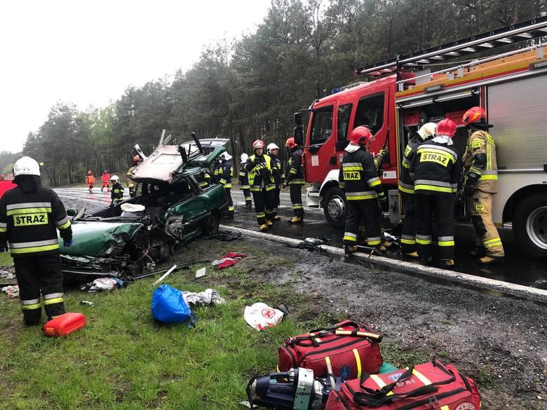 W Emilianowie (gmina Nowa Wieś, powiat bydgoski) doszło do zderzenia auta osobowego i ciężarówki MAN. Strażacy uwalniali zakleszczoną w oplu osobę. Droga