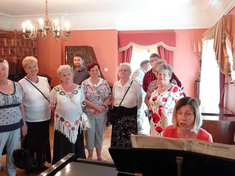 Dworek-muzeum Juliusza Słowackiego, przewodniczka przygrywa na fortepianie