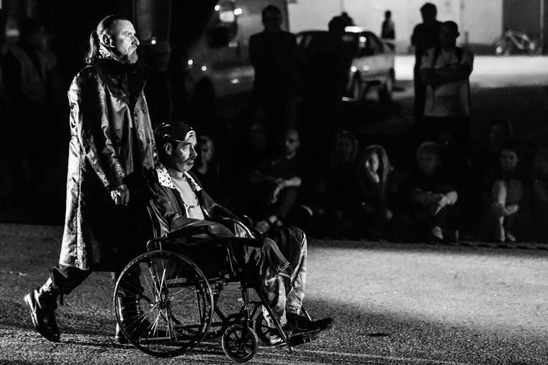 """Drugie przedstawienie obejrzymy również 17 sierpnia (o godz. 21), jednak w poznańskiej Starej Rzeźni (ul. Garbary 101/111). Katowicki Teatr A Part przedstawi sztukę """"Lear, k…!"""", opowiadającą o despotyzmie, chęci władzy absolutnej i pragnieniu konfliktów."""